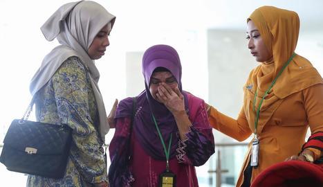 Familiars d'una de les víctimes del vol desaparegut, ahir, a Kuala Lumpur.