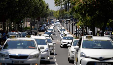 Imatges de la marxa lenta de taxistes a la ciutat de Lleida