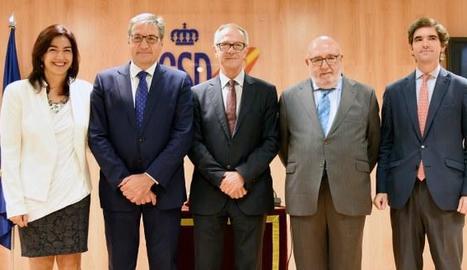 Mariano Soriano, segon per l'esquerra, va prendre ahir possessió del càrrec de director d'Esports.
