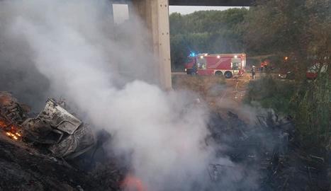 El camió es va incendiar després de caure per un pont de l'N-II a Fraga.