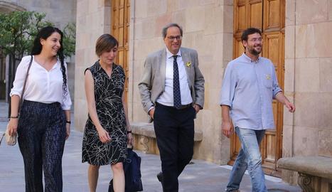 Torra, ahir, amb Albano Dante Fachín (d), la diputada d'En Comú Marta Sibina (c) i l'edil Laura Haba (e).