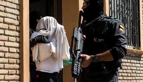 Imatge d'una de les detencions que va dur a terme ahir, a Mataró, la Guàrdia Civil.