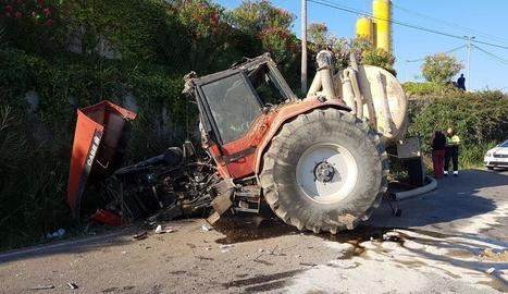 Estat en el qual va quedar el tractor després de l'accident, que es va produir dimarts a la tarda.