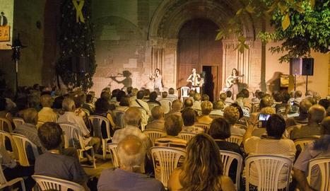 Unes quatre-centes persones van omplir l'entorn de la portalada romànica de l'església.