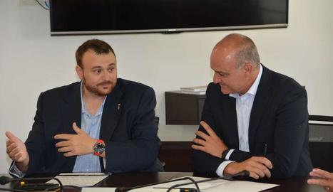 Gerard Sabarich i Andreu Subies, durant la firma de l'acord.