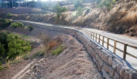 El mur de contenció i la barana de l'accés a Talavera.