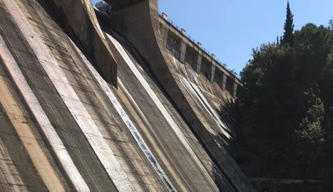 Els dos desaigües de la presa en els quals s'ha actuat.