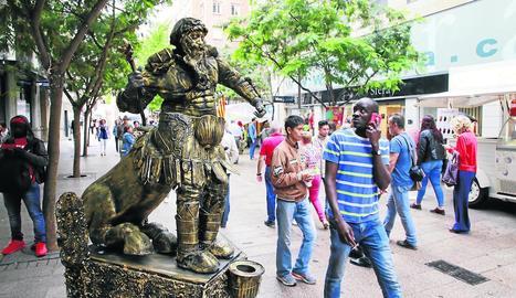 Estàtues humanes el 15 de setembre - L'Eix Comercial tornarà a acollir escultures vivents el pròxim  15 de setembre. Es tracta d'una activitat de dinamització que organitza la federació de comerciants per animar les vendes. L'any passat  ...