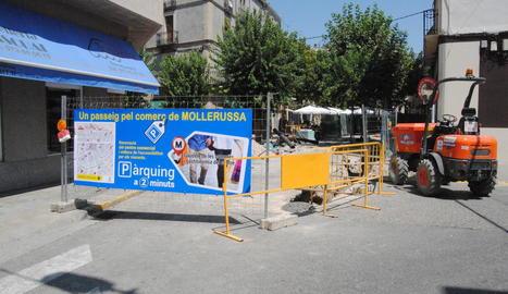 Una de les pancartes per promocionar el comerç que s'ha instal·lat al carrer Ferran Puig.