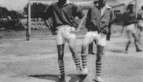 Dos futbolistes del Barbens dels anys 40 en una de les fotos més antigues que s'han pogut reunir.