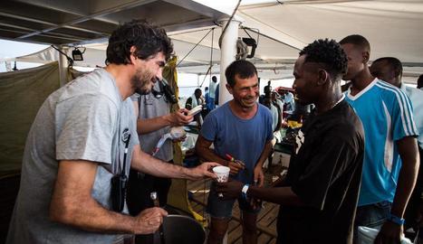 Imatge distribuïda per l'ONG Open Arms atenent els 87 immigrants que van rescatar dijous.