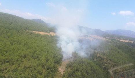Vista de l'incendi forestal declarat ahir a Lladurs, al Solsonès.