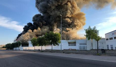 Un incendi crema part de la nau de la panificadora de la bonÀrea a Guissona