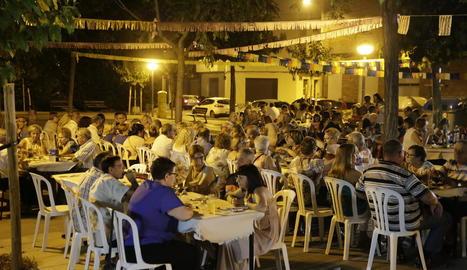Vista dels participants ahir al sopar a la fresca amb espectacle a la plaça del Ferroviaris.