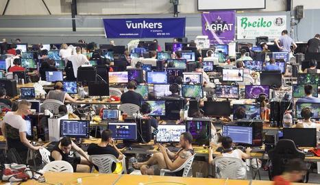 Els participants comparteixen informació i competeixen a través dels ordinadors durant 48 hores al pavelló municipal.