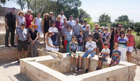 Foto de família dels veïns d'Almenara amb l'alcalde i l'edil de Joventut d'Agramunt.
