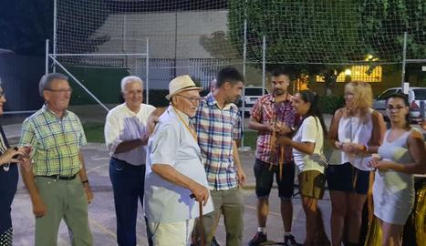 El president del club, Marc Solsona, amb el seu avi Jaume, integrant de la plantilla de 1952.