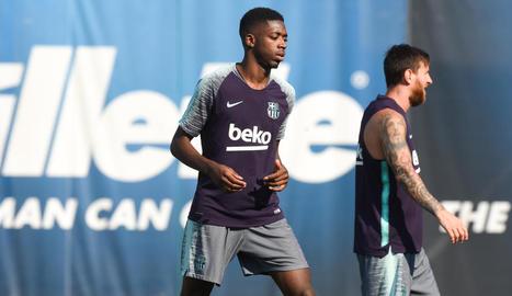 Ousmane Dembélé, durant l'entrenament d'ahir a Barcelona al costat de Leo Messi.