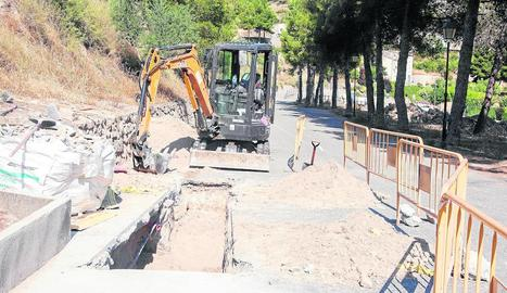 Una màquina treballa per reparar l'avaria a Vallbona.