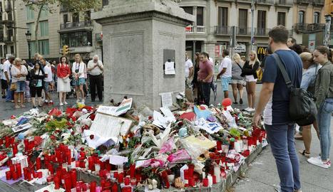 Memorial amb flors a les víctimes de l'atemptat terrorista.