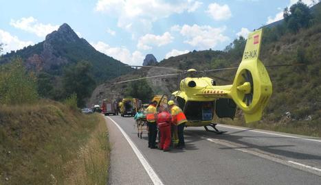 Els serveis d'emergència treballen al lloc de l'accident.