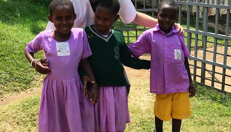 Genar Esteve, amb alguns dels nens que ha atès a l'hospital d'Uganda aquest últim mes.