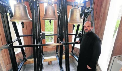 El pare Daniel Simón, amb les tres campanes fetes per l'austríaca Grassmayr.