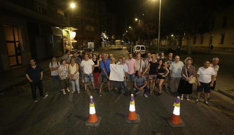Els veïns, a mitjanit, quan van tallar el carrer Lluís Companys.