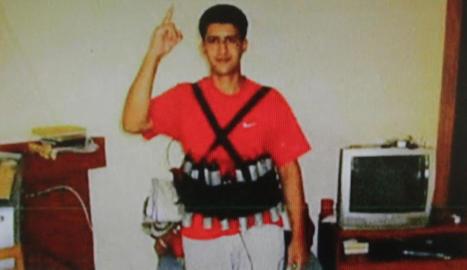 Imatge de Youssef Aalla, un dels terroristes, portant una armilla carregada d'explosius.