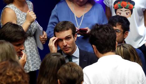 Pablo Casado, amb els periodistes després de la compareixença de dilluns a la seu nacional del PP.