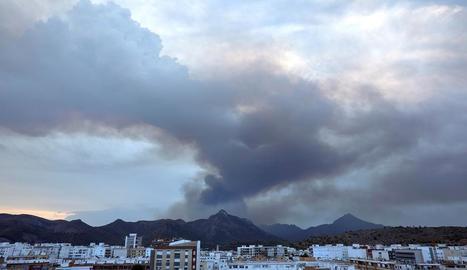 Imatge d'ahir d'una columna de fum de l'incendi declarat a Llutxent (València).