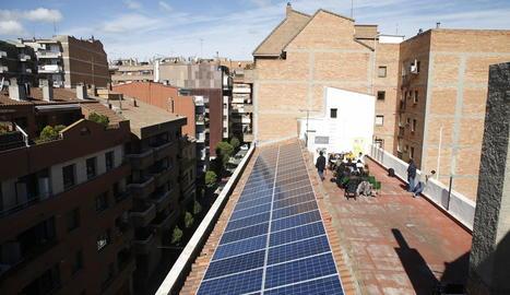 Vista de les prop de 50 plaques solars instal·lades a la teulada de les Llars del Seminari, al carrer Maragall de Lleida.