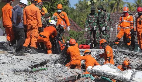 Imatge d'equips de rescat en les seues maniobres de salvament.