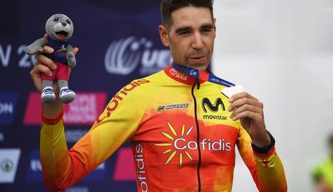 El ciclista granadí posa amb la medalla de bronze aconseguida ahir a Glasgow.