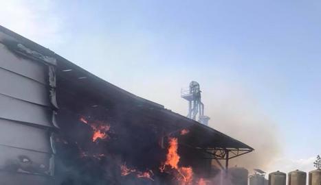 Imatge de l'incendi que va cremar part del magatzem a Montgai.