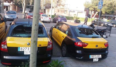 Taxis amb les llunes posteriors trencades a Barcelona.