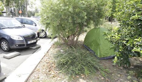 La tenda era al mig de l'aparcament proper a la passarel·la dels Camps Elisis.