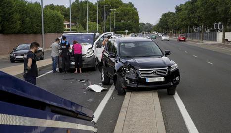 Vista de dos dels vehicles implicats ahir en l'accident.