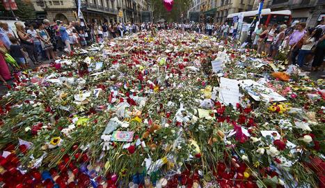 Rams de flors i espelmes a Les Rambles.