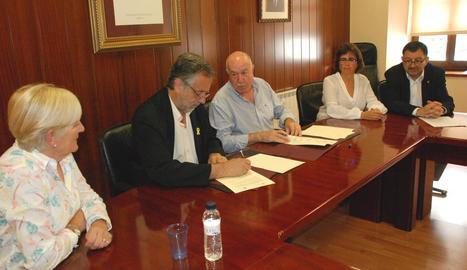 Imatge de la firma del conveni entre el Conselh i l'AALO.