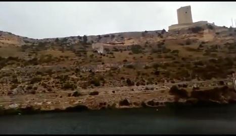 Vista del pendent de l'embassament d'Henchidanos, amb una altura de 70 metres fins a l'aigua. Al centre, el cotxe a l'arribar a l'aigua i el rescat dels bombers.