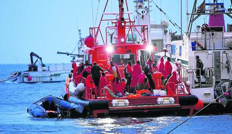 Salvament Marítim i Guàrdia Civil traslladen els tripulants de dos pasteres rescatades.