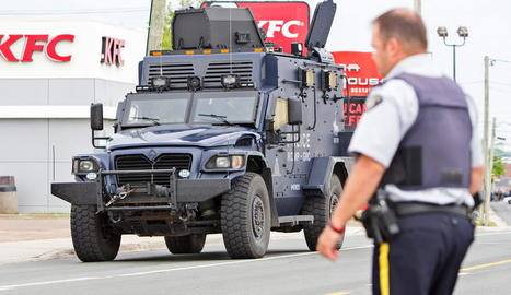 Vista d'un camió blindat de la policia a Toronto (Canadà).