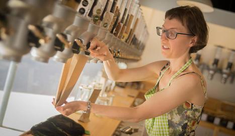 chia. La Cristina (dreta) va obrir la botiga motivada per la necessitat d'oferir una alternativa ecològica i sostenible a la indústria.