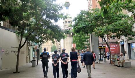 Agents cívics, passejant al costat de Mínguez per l'Eix.