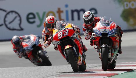 Marc Màrquez i Jorge Lorenzo, en plena batalla, es van jugar la victòria del Gran Premi d'Àustria al circuit de Spielberg, amb l'italià Andrea Dovizioso rodant en segon pla i sense cap possibilitat de ficar-se en la lluita final.