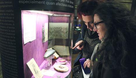 Visitants observant objectes en l'exposició.