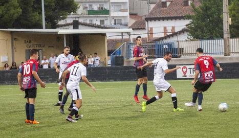 Edu Vives refusa una pilota davant de Maikel Molina, del Tàrrega.