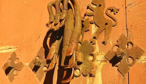 A Albarrasí (Terol) encara pot admirar-se aquest impressionant picaporta conegut com a mà de Fàtima.