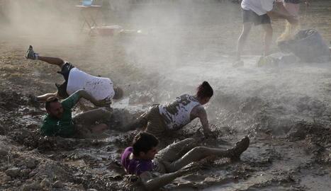 Una vintena de grups adults, amb quatre membres, i dotze d'infantils, amb vuit membres, van participar ahir en les gimcanes d'adult i infantil de l'Arbequí de Ferro.